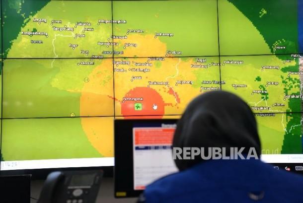 Gempa Tasikmalaya. Sebaran gempa Tasikmalaya ditampilkan saat paparan terkait penanganan bencana gempa Tasikmalaya di Graha BNPB, Jakarta, Sabtu (16/12)