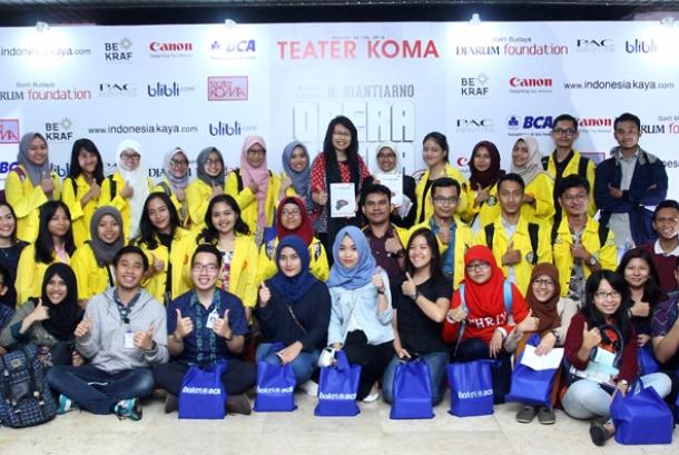 General Manager CSR BCA Inge Setiawati menunjukkan booklet Opera Kecoa bersama penerima Beasiswa Bakti BCA dari UI, peserta Program Pendidikan Akuntansi (PPA) Non Gelar, dan Program Pendidikan Teknik Informatika (PPTI) Non Gelar.
