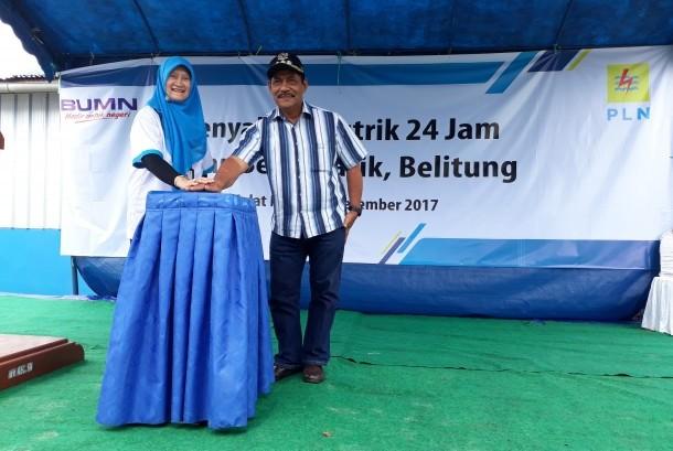 General Manager PLN Wilayah Bangka Belitung, Susiana Mutia, resmikan listrik 24 Jam di Pulau Selat Nasik, Belitung, Sabtu (16/12).