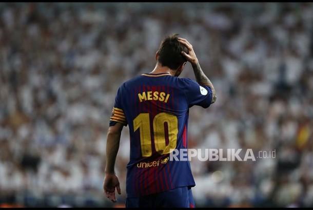 Gestur striker Barcelona Lionel Messi pada pertandingan leg ke-2 Piala Super Spanyol antara Real Madrid vs Barcelona FC di Stadion Santiago Bernabeu, Madrid, Spanyol, Kamis (17/8) pagi.