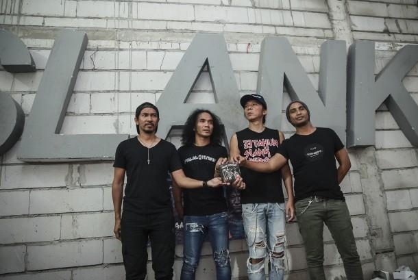 Grup band Slank berpose dengan album baru Slank 'Palalopeyank' sebelum memulai jumpa pers di Jakarta, Selasa (7/2).