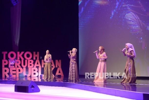 Grup Musik Noura saat malam anugerah Tokoh Perubahan Republika 2016 di Jakarta, Selasa (25/4).