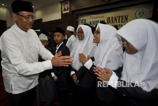 Gubernur Banten Wahidin Halim menyalami para penghafal Quran 30 juz saat melepas Kafilah MTQ (Musabaqoh Tilawatil Quran) Tingkat Nasional di Serang, Banten, Rabu(12/7).