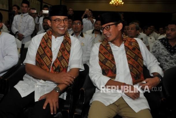 Gubernur dan Wakil Gubernur DKI Jakarta Terpilih Anies Baswedan (kiri) dan Sandiaga Uno (kanan) menghadiri acara selamatan dan doa bersama yang digelar Partai Keadilan Sejahtera (PKS) di Hotel Grand Cempaka, Jakarta, Ahad (15/10).