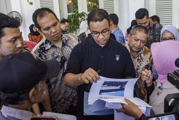 Gubernur DKI Jakarta Anies Baswedan (tengah) menerima pengaduan warga, di Balai Kota, Jakarta, Jumat (20/10).