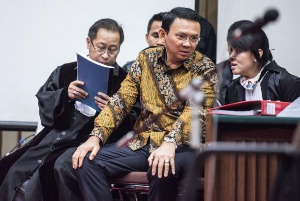 Gubernur DKI Jakarta Basuki Tjahaja Purnama (kedua kiri) berbincang dengan kuasa hukumnya saat sidang lanjutan kasus dugaan penistaan agama di auditorium Kementerian Pertanian, Jakarta, Selasa (21/12).