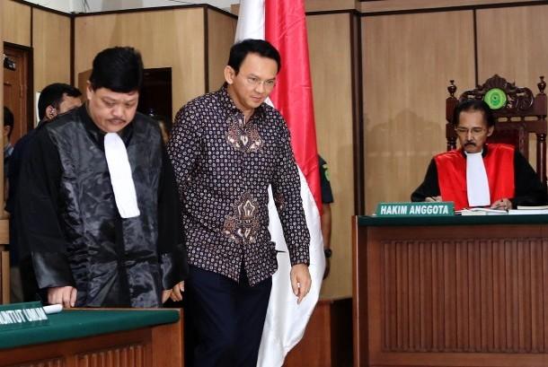 Gubernur DKI Jakarta nonaktif Basuki Tjahaja Purnama alias Ahok bersiap menjalani sidang lanjutan kasus dugaan penistaan agama di PN Jakarta Utara, Jakarta, Selasa (27/12).