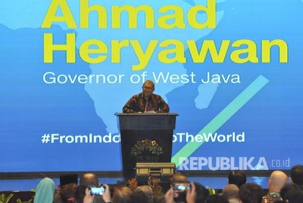 Gubernur Jawa Barat Ahmad Heryawan memberi sambutan saat acara Konferensi Internasional 'Media For World Harmony' dan Annual Meeting ke-5 IBRAF di The Trans Luxuty Hotel, Kota Bandung, Rabu (22/2).