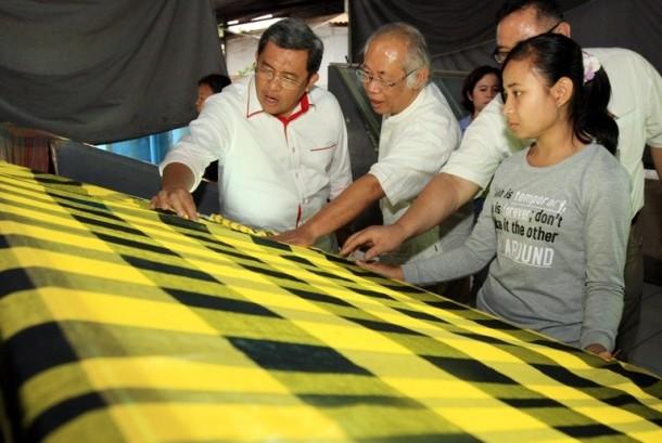 Gubernur Jawa Barat Ahmad Heryawan saat mengunjungi pabrik tekstil PT Satya Sumba Cemerlang di Ranca Jigang, Majalaya, Kabupaten Bandung, Jawa Barat