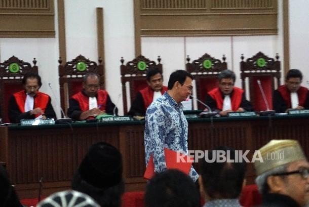 Gubernur nonaktif DKI Jakarta, Basuki Tjahaja Purnama alias Ahok hadir dalam persidangan dugaan penistaan agama di Auditorium Kementrian Pertanian, Jakarta Selatan, Selasa (10/01).