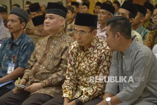 Gubernur NTB, M Zainul Majdi (kedua kanan), Pengamat ekonomi syariah, A Riawan Amin (kedua kiri), Kepala BI NTB, Prijono ( kiri) dan Wakil dekan FE IPB, Firdaus (kanan) saat mengikuti acara Rembuk Republik di Ballroom Masjid Hubbul Wathan Islamic Center NTB di Mataram, Kamis (15/6).