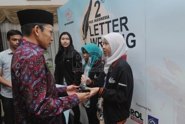 Gubernur Nusa Tenggara Barat TGH Muhammad Zainul Majdi menyerahkan piala kepada pemenang Letter Writing Competition kerjasama PT Pos dengan Republika di Aula kantor Gubernur NTB, Ahad (9/8) malam.Republika/Edwin Dwi Putranto