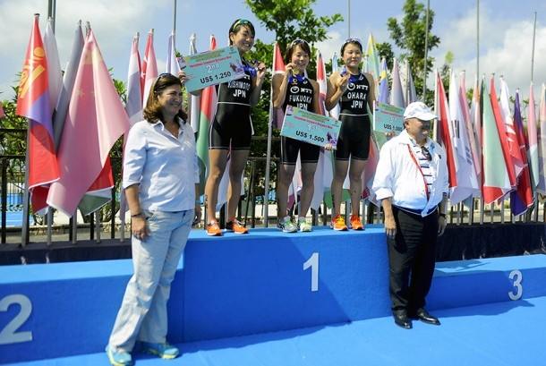 Gubernur Sumatra Selatan Alex Noerdin (kanan) bersama Presiden International Triathlon Union Marisol Casado berfoto bersama atlet Jepang yang menjadi pemenang Kejuaraan Triatlon Asia 2017, Jumat (21/7).