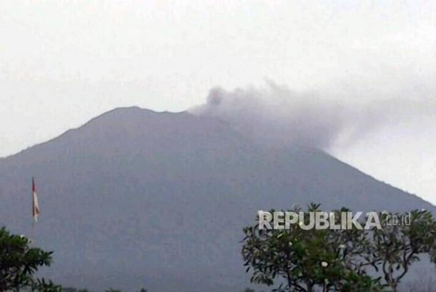 Gunung Agung memuntahkan abu vulkanik di Karangasem, Bali, (21/11).