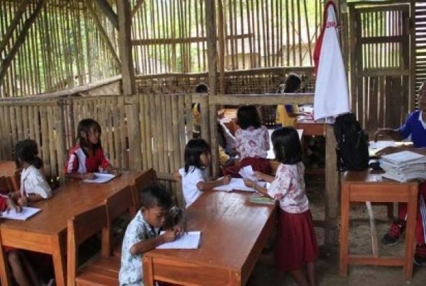 Guru di pelosok pulau mengajar para siswa.