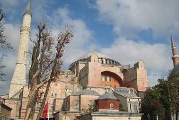 Hagia Sophia, salah satu peninggalan Kesultanan Utsmani. Dari gereja menjadi masjid, dan kini jadi museum.