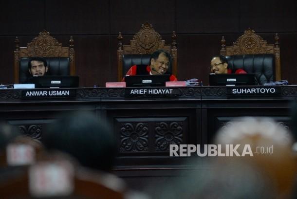 Hakim MK Arief Hidayat (tengah) dan anggota memimpin sidang Judicial Review atas Perppu Ormas di Gedung MK, Jakarta, Rabu (30/8)