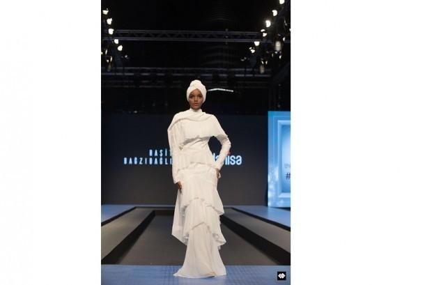 Halima Aden saat tampil di Dubai Modest Fashion Week 2017 dengan hasil riasan dari Carolina Septerita