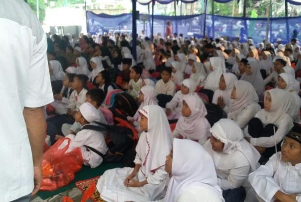 Harian Umum Republika bekerja sama dengan Kerajaan Arab Saudi, Bank Syariah Mandiri dan Sinar Mas mengadakan buka puasa bersama 1.000 anak yatim piatu di halaman gedung Republika, Jakarta, Sabtu (25/6).