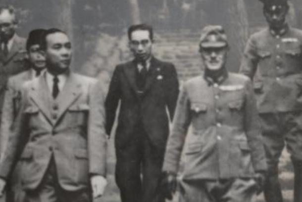 Hatta dan Sukarno bersama opsir Jepang