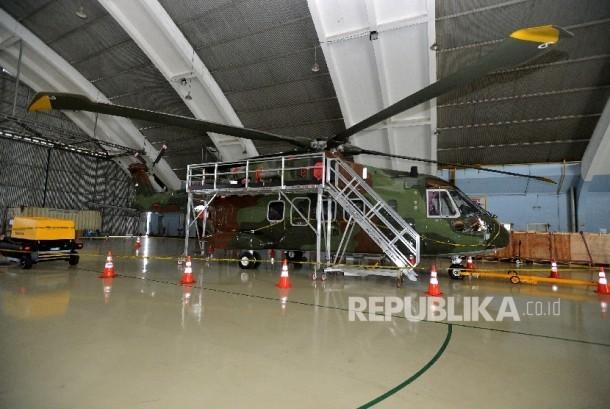 Helikopter Agusta Westland (AW) 101 terparkir dengan dipasangi garis polisi di Hanggar Skadron Teknik 021 Pangkalan Udara Halim Perdanakusuma, Jakarta Timur, Kamis (9/2).