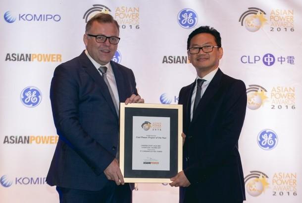 Heru Dewanto selaku Vice President Director PT Cirebon Electric Power menerima penghargaan  Asian Power Awards