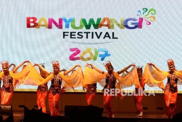Hiburan tari-tarian saat peluncuran Banyuwangi Festival 2017 di Balairung Soesilo Soedarman, Gedung Sapta Pesona, Kemenpar, Jakarta, Jumat (3/2).