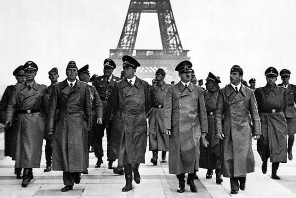 Hitler bersama pejabat Nazi di depan Menara Eiffel