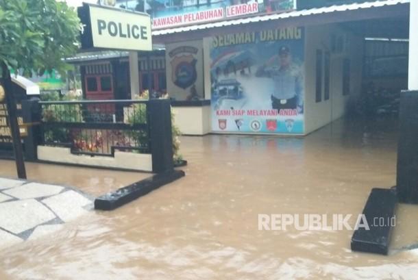 Hujan lebat yang terjadi pada Senin (27/3) mengakibatkan dua desa di Kecamatan Lembar, Kabupaten Lombok Barat, Nusa Tenggara Barat, dilanda banjir.