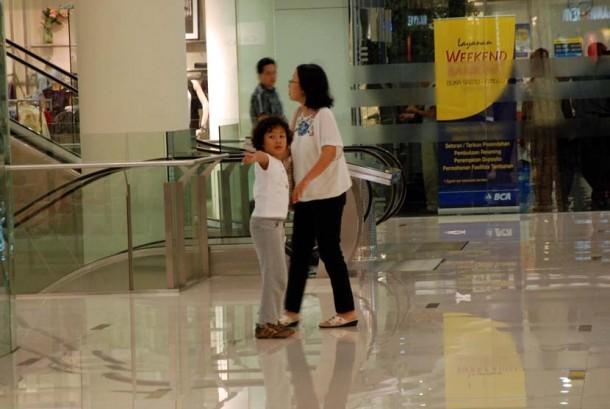 Ibu dan anak pergi ke mall dan berbelanja (ilustrasi).