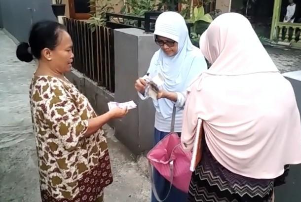 Ibu rumah tangga kompleks perumahan Gang Masjid Al Islah, Cisalak, Depok, Jawa Barat, mengumpulkan tabungan. Semua tabungan itu akan dikumpulkan ke pengurus RT untuk nantinya ditabung di bank (ilustrasi)