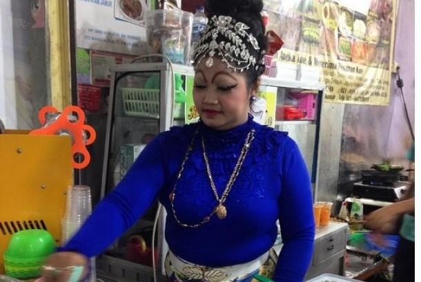 Ie Suan, pemilik kedai kue di ITC Mangga Dua, selalu berdandan unik.
