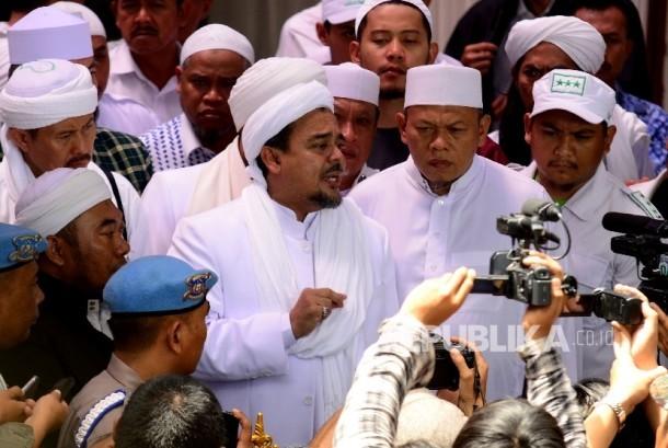 Imam besar Front Pembela Islam (FPI) Habib Rizieq Shihab memberi keterangan kepada awak media di sela-sela pemeriksaan di Markas Polda Jabar, Jalan Sokarno Hatta, Kota Bandung, Kamis (12/1).