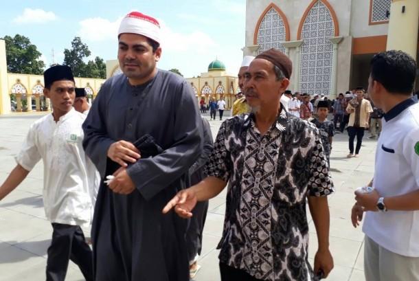 Imam Mesir Syekh Ezzat El Sayyed Rashid tiba di Masjid Hubbul Wathan Islamic Center NTB, Jumat (26/5). Syekh Ezzat dijadwalkan akan menjadi imam tarawih di Masjid Hubbul Wathan.