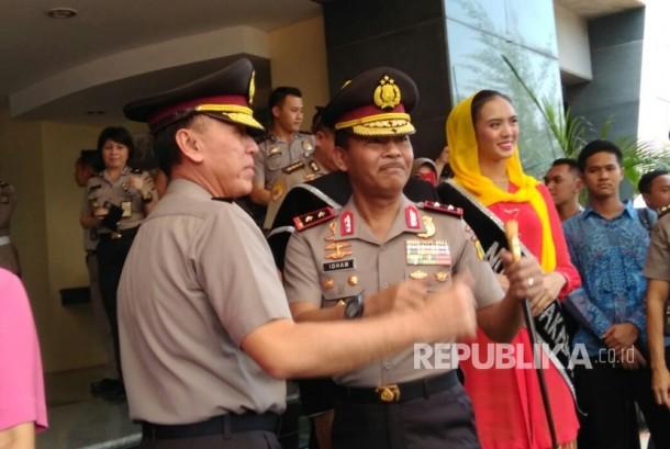 Irjen Pol Iriawan menyambut kehadiran Irjen Pol Idham Azis di Mapolda Metro Jaya, Rabu (26/7).