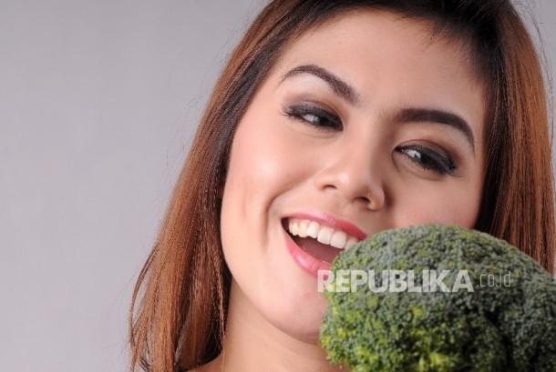 Jaga kesehatan kulit dengan konsumsi buah dan sayur.