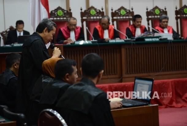 Jaksa Penuntut Umum membacakan tuntutan dengan terdakwa kasus dugaan penistaan agama Basuki Tjahaja Purnama atau Ahok saat mengikuti sidang lanjutan di Pengadilan Negeri Jakarta Utara, Auditorium Kementerian Pertanian, Jakarta, Kamis (20/4).