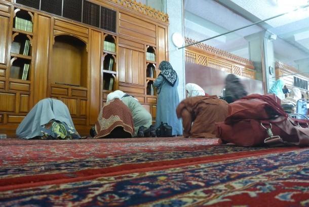 Jamaah dari berbagai penjuru dunia melaksanakan shalat sunnah dan berdoa di Masjid Quba, Madinah, Arab Saudi, pada Senin (7/8).