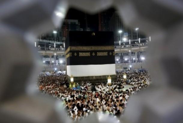 Jamaah haji beribadah mengelilingi Kabah di Masjidil Haram menjelang puncak ibadah haji di Makkah, Selasa (22/9).