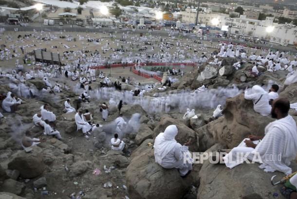Jamaah haji berkumpul untuk berdoa di sekitar Jabal Rahma, Arafah, Makkah, Arab Saudi, Kamis (31/8).