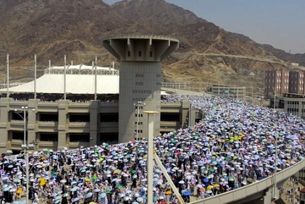 Jamaah haji dari berbagai negara dalam proses melempar jumrah di Mina (Ilustrasi)
