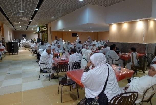 Jamaah haji menikmati makanan di Tanah Suci, Arab Saudi.