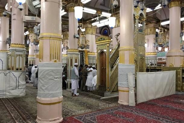 Jamaah haji shalat di Raudhah yang terdapat di dalam Masjid Nabawi, Madinah.