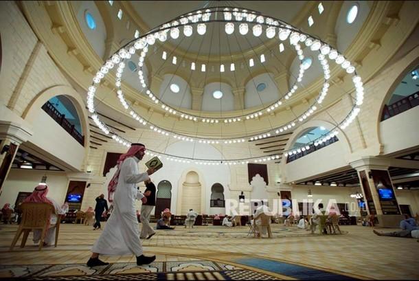Jamaah masjid di Riyadh Arab Saudi tengah membaca Al Quran