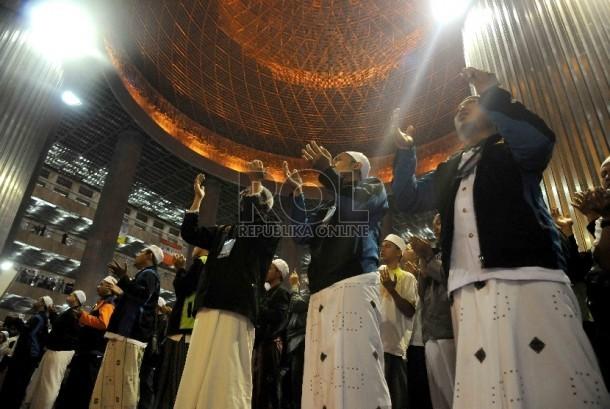Jamaah mengikuti peringatan Maulid Nabi Muhammad SAW 1437 H di Masjid Istiqlal, Jakarta, Kamis (24/12). (Republika/Agung Supriyanto)