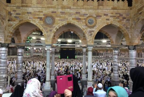 Jamaah umrah berswafoto dengan latar Kabah di Masjidil Haram.