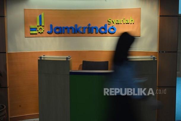 Jamkrindo Syariah: Karyawan Jamkrindo Syariah melintasi koridor kantornya di Jakarta.
