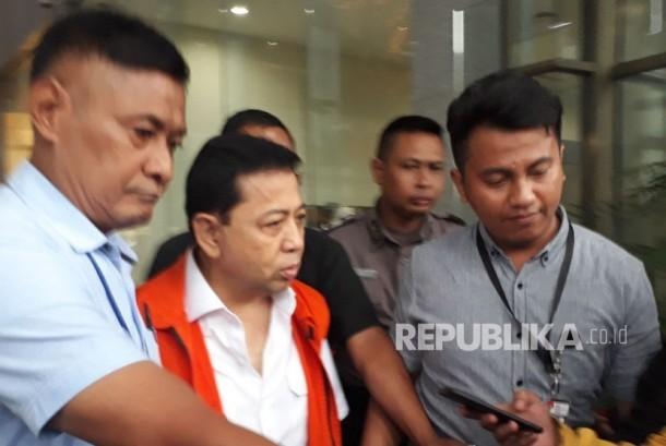Jelang sidang perdana kasus korupsi proyek pengadaan KTP-elektronik (KTP-el) , Ketua DPR RI nonaktif Setya Novanto tampak lesu dan tak bergairah usai pemeriksaan dirinya sebagai saksi untuk tersangka Anang Sugiana Sudiharjo di Gedung KPK Jakarta, Selasa (12/12) sore.