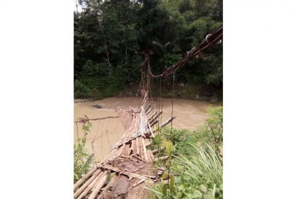 Jembatan Penghubung di Blitar Runtuh Diterjang Banjir