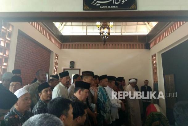 Jenazah almarhum AM Fatwa saat tiba dan disolatkan di rumah duka Jalan Palem, Kompleks Bappenas, Jakarta Selatan.